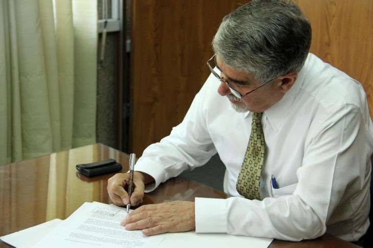 Dr. Roberto Escalante recibe carta de intención